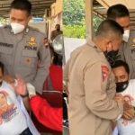 Takut Jarum Suntik, Satpam Ini Sampai Ditenangkan 2 Anggota Polisi saat Vaksinasi